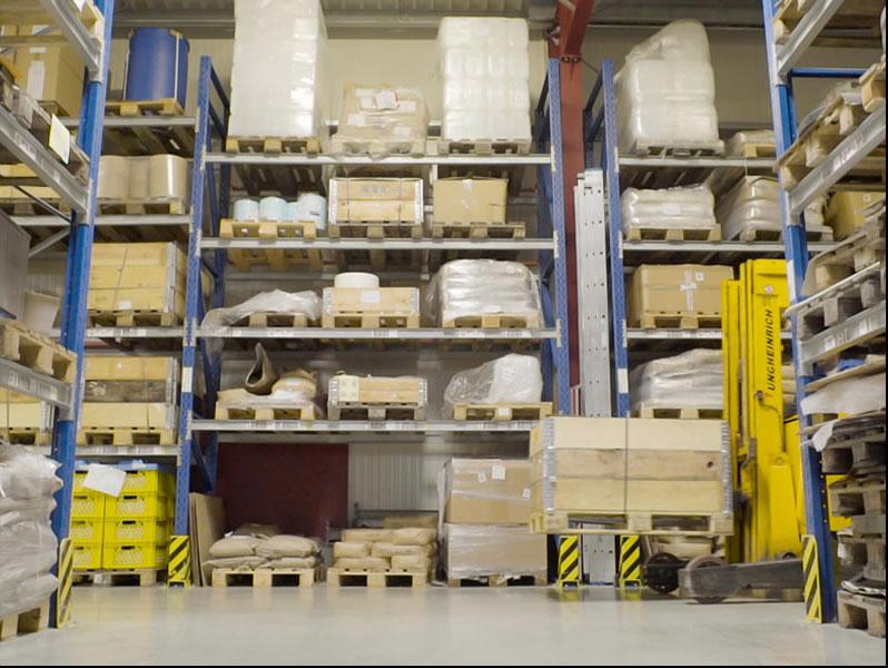 Eine Lagerhalle der FLP Microfinishing GmbH