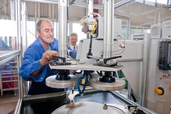 Ein FLP Microfinishing GmbH Mitarbeiter an einer Maschine