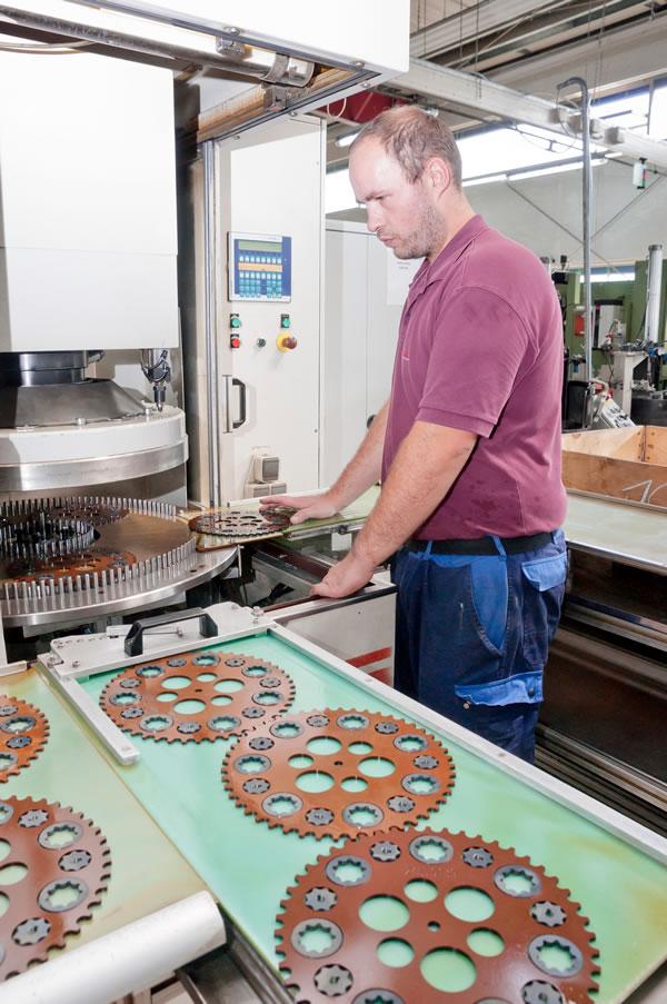Ein Mitarbeiter der FLP Microfinishing GmbH an einer Maschine